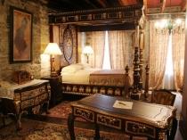 Резная мебель и орнамент в интерьере спальни этно