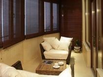 Уютное место отдыха на лоджии нестандартного размера