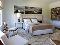 Современная спальня с модульными картинами на стенах
