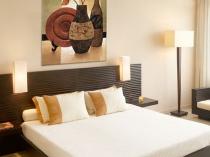 Картина панно в единой цветовой гамме с оформлением спальни