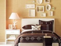 Стена спальни с небольшими картинами в рамках разной формы