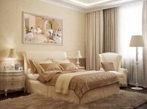 Бежевая классическая спальня с картиной над изголовьем кровати