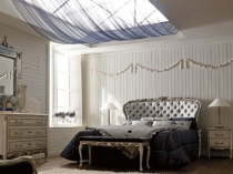 Высокое изголовье кровати с кожаной обивкой в классической спальне