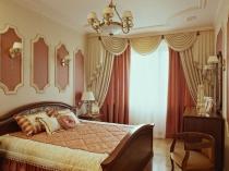 Спальня классического стиля с лепниной на потолке и стенах