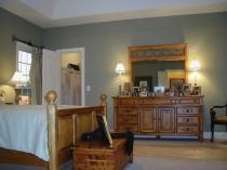 Деревянный комод с большим зеркалом в спальне