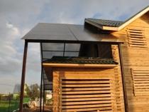 Поликарбонатная конструкция пристроенного к дому навеса
