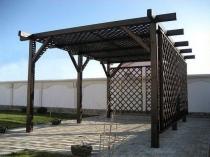 Деревянная конструкция навеса-перголы с декоративными решетками
