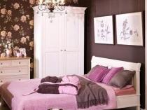 Небольшая спальня в розово-коричневый тонах