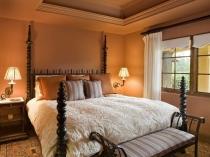 Сочетание мебели коричневого цвета и терракотовой отделки спальни