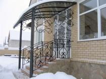 Кованое крыльцо с навесом из поликарбоната для загородного дома