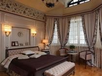 Оформление окна спальни красивыми шторами с бахромой