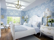 Нежная отделка стен спальни красивыми голубыми обоями