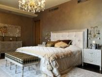 Спальня фьюжн с красивой люстрой под старину