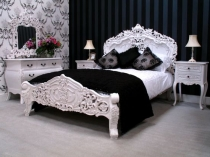 Красивая резная кровать белого цвета в спальне