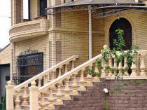 Лестница крыльца с балюстрадой