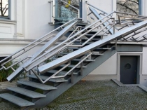 Оригинальный дизайн металлической лестницы крыльца