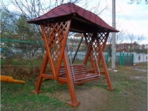 Деревянный навес с красивой черепичной крышей для качелей