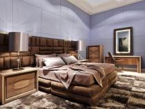 Мягкая обивка основания и большого изголовья кровати в спальне