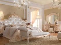 Кушетка с высокой спинкой в интерьере классической спальни