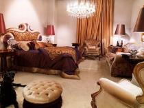 Круглый кожаный пуф в классической спальне