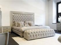 Длинная мягкая банкетка в дизайне бело-серой спальни