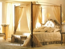 Кровать с балдахином в спальне