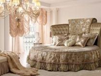 Высокая круглая кровать в большой спальне