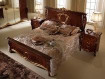 Кровать с позолоченными украшениями в классической спальне