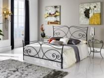 Изящная кованая кровать в спальне