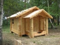 Деревянное крыльцо бани на опорных столбах