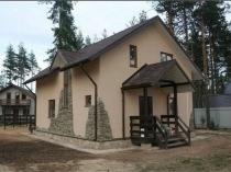 Двухскатные козырек крыльца и крыша домика