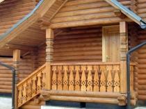 Дом и крыльцо с балясинами из дерева