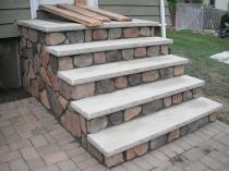 Декоративная отделка камнем крыльца из бетона
