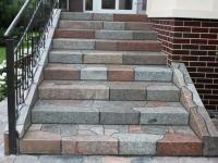 Крыльцо с каменными ступенями
