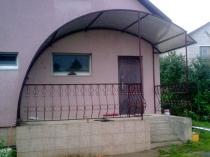 Оригинальное крыльцо с поликарбонатным навесом полукруглой формы