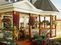 Крыльцо-терраса с деревянной лестницей