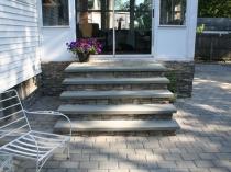 Натуральный камень в отделке лестницы крыльца