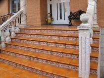 Широкое крыльцо с бетонными перилами