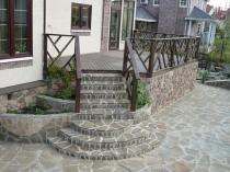 Бетонное крыльцо дома с металлическими перилами