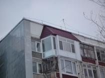 Крыша на балконе последнего этажа из металлочерепицы