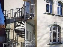 Вариант внешней лестницы на мансарду