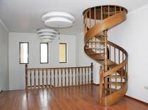 Компактная деревянная лестница на мансарду