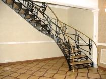 Фото красивого дизайна лестницы на мансарду из металла
