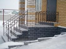 Крыльцо с кирпичной лестницей