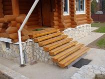 Бетонная лестница крыльца со ступенями из полубревен