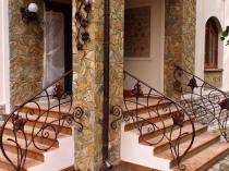 Крыльцо с двумя лестницами, облицованными плиткой