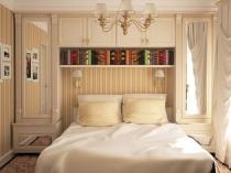 Встроенный шкаф с антресолями и полками в маленькой спальне