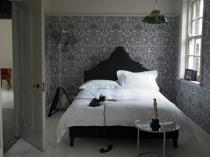 Монохромный дизайн маленькой спальни