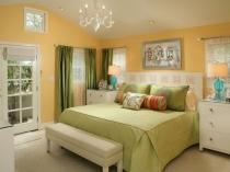Установка в маленькой спальне мебели белого цвета