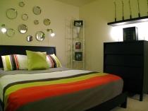 Установка в маленькой спальне комода и угловой этажерки